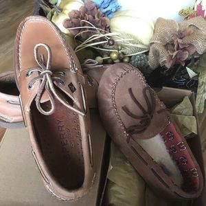 Lot of 2 loafers/slippers UGG and Sperry